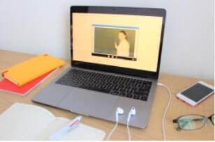 ウェブカメラ&マイクが装着されたパソコンやタブレット